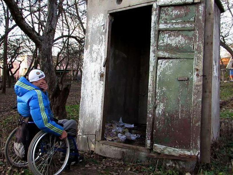 Людей поселили в «барак» «на несколько месяцев». Но живут они там уже 20 лет…