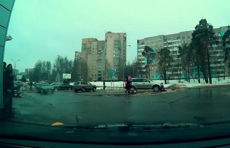 Девушка за рулем Volvo XC90 не смогла вырулить с парковки для инвалидов и поехала напролом, «потеряв» элемент бампера