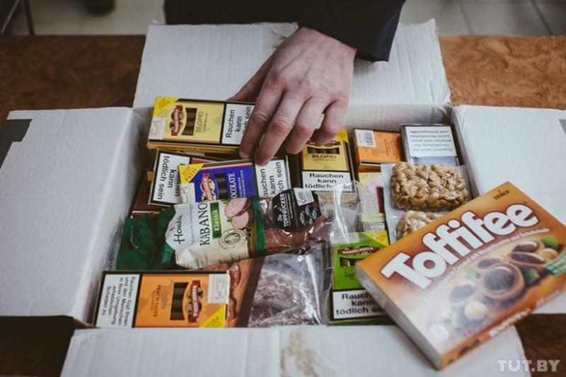 В посылке из Германии таможенники среди сладостей обнаружили сигареты. «Бандероль» не пропустили.