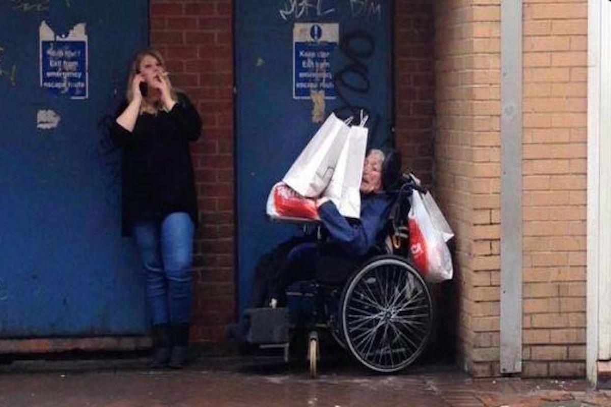 Соцработница придавила инвалида - колясочника пакетами с покупками