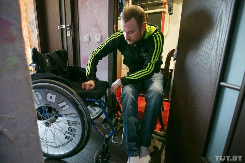 Так Ваня пересаживается с коляски на стул, чтобы попасть в ванную комнату