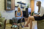 Женщине в инвалидной коляске грозят выселением и предлагают оформиться в пристанище для бездомных: «Вас должна содержать 18-летняя дочка»