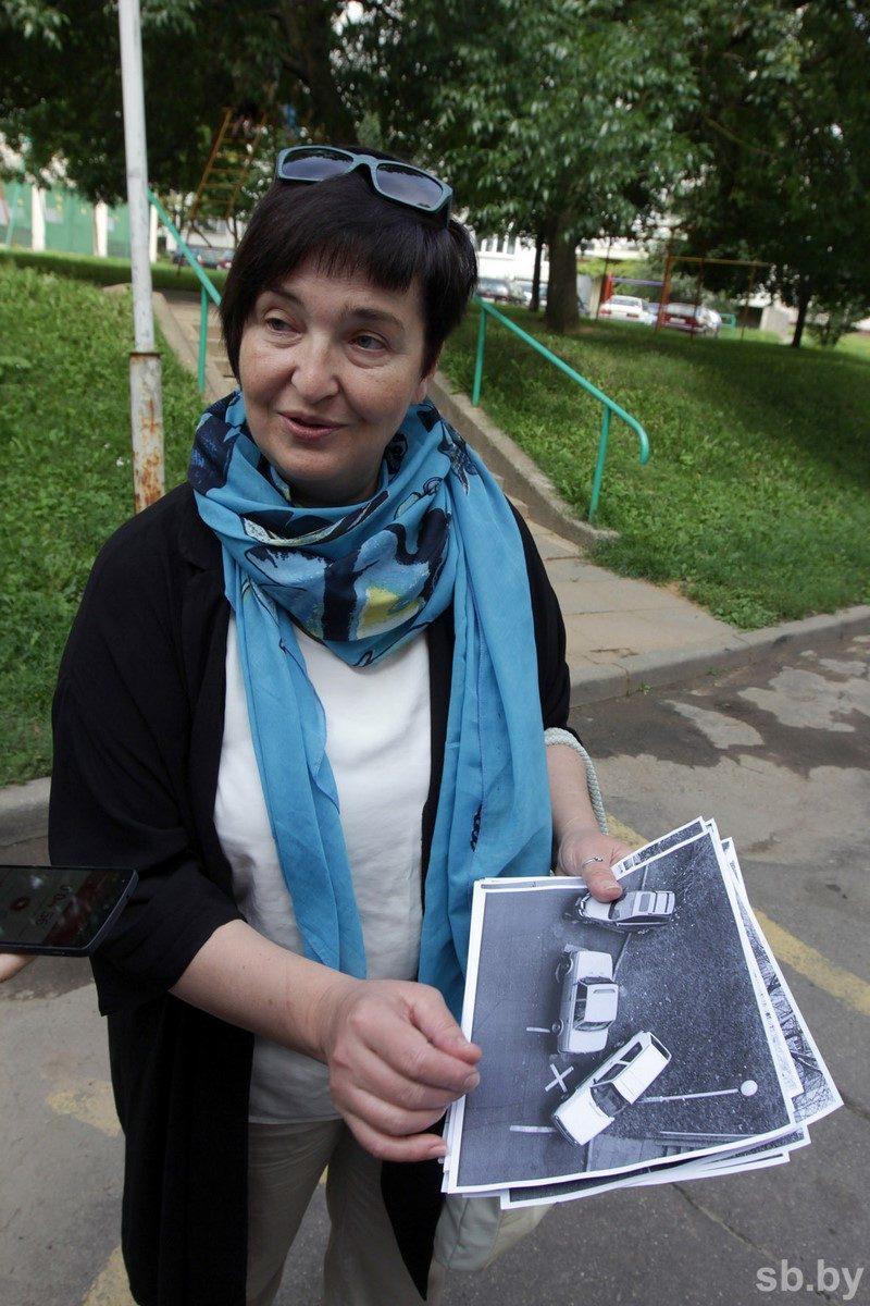 Елена Кулюкина добилась установки места для инвалидов в своем дворе, но бой с нарушителями ведет каждый день. Если она не запаркует машину днем, то выход потом только один - вызывать эвакуатор