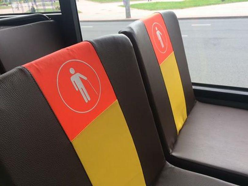 В автобусах и троллейбусах места для людей с инвалидностью будут обозначать по-новому
