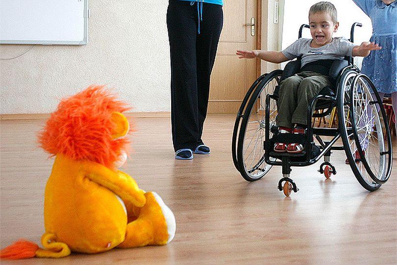 Родителям детей-инвалидов сохранят пособие при выходе на работу на полставки