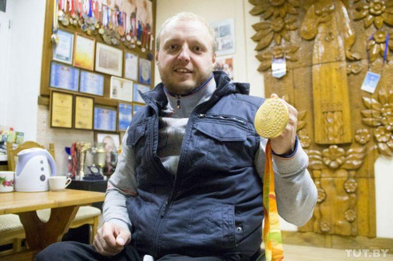 Золотая медаль, которую привез Андрей из Рио. Кстати, награды для паралимпийцев немного отличаются от тех, которые получают олимпийцы. Внутри медали бубенец — чтобы звук могли услышать слабовидящие спортсмены