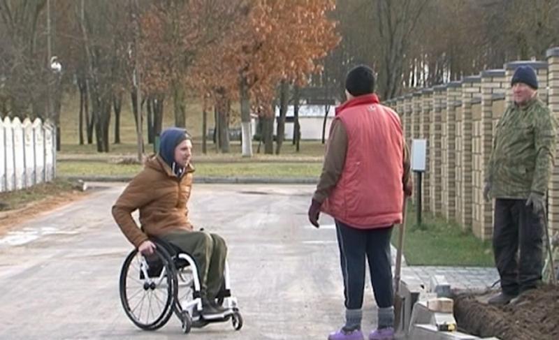 В Лиде белорусскому инвалиду-колясочнику Александру Авдевичу заасфальтировали дорогу возле дома
