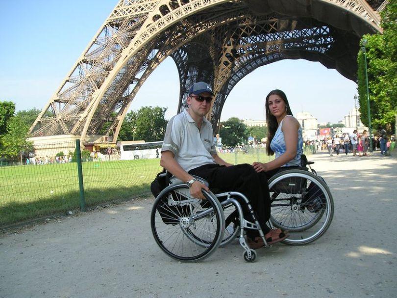 Она водит машину, он ездит по миру: супруги-колясочники из Мозыря радуются жизни и новорожденной малышке
