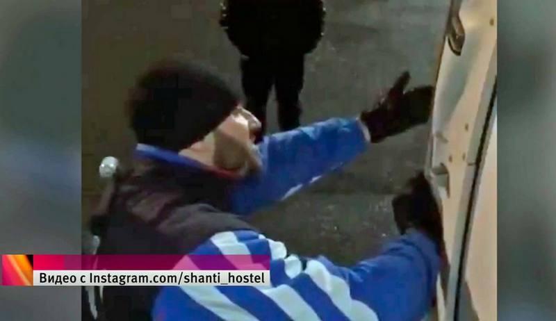 В аэропорту Чебоксар, спортсмену-колясочнику пришлось спускаться по трапу на руках.