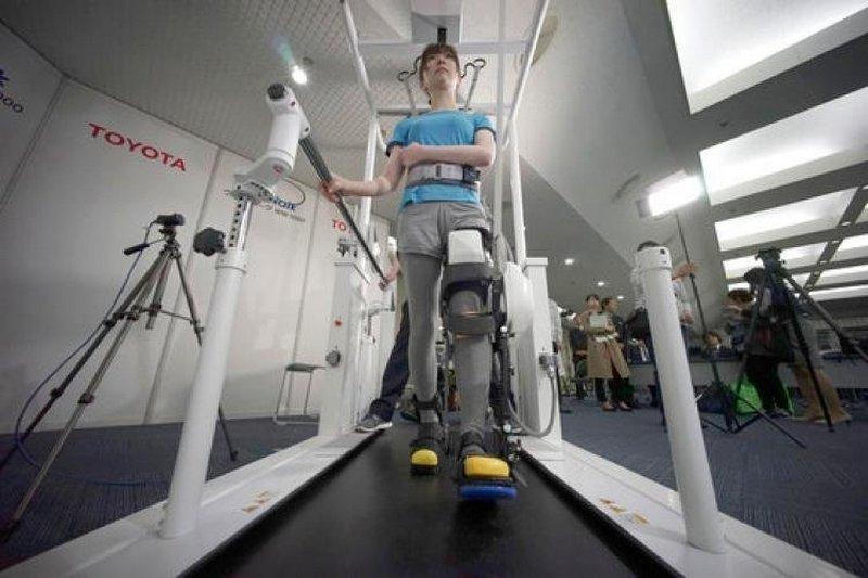 Тойота представила «робоногу» для парализованных людей