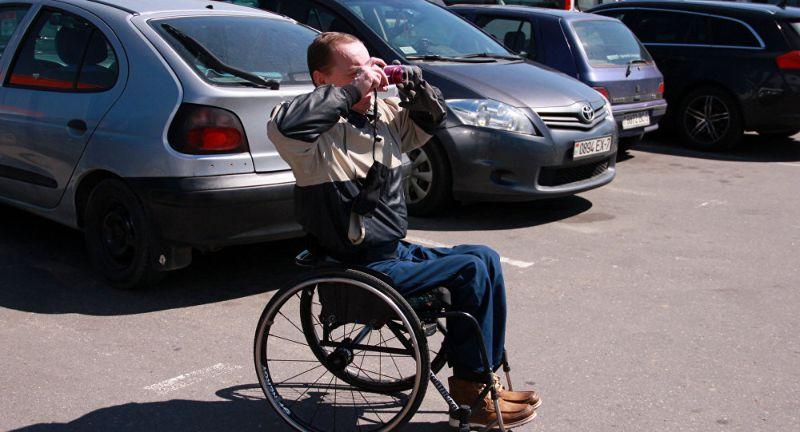 Инвалиды-колясочники вышли с рейдом против нарушителей правил парковки