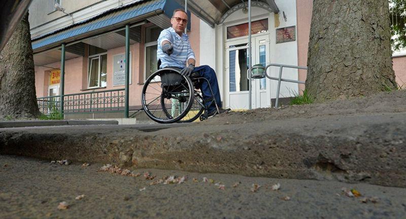 Колясочник показал, как инвалиду попасть в здание МРЭК и не погибнуть
