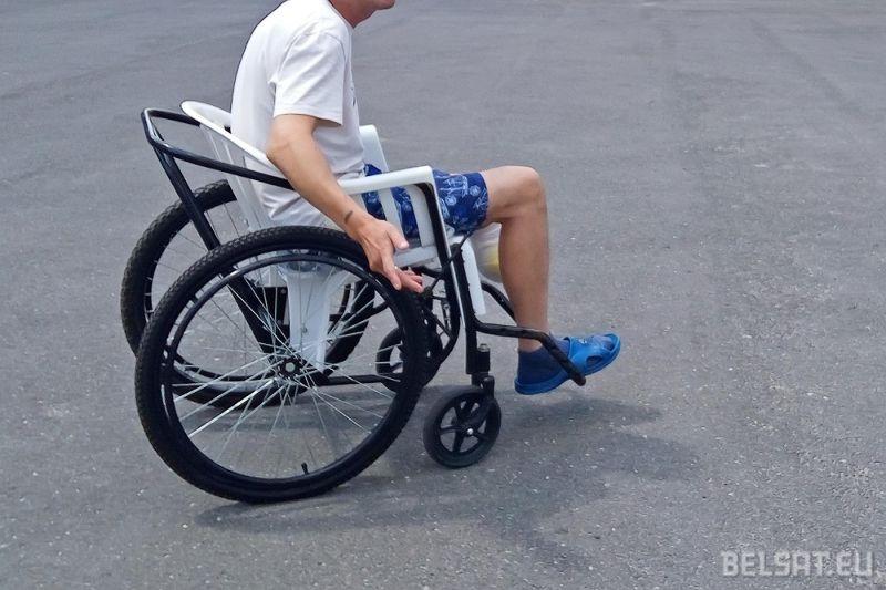 В областной больнице пациенты ездят на «колясках для бедных». Фотофакт