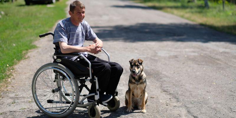 «Какая может быть депрессия в деревне? Тут работать нужно!» Белорус с переломом позвоночника поднимает село, живет на $100 и не жалуется
