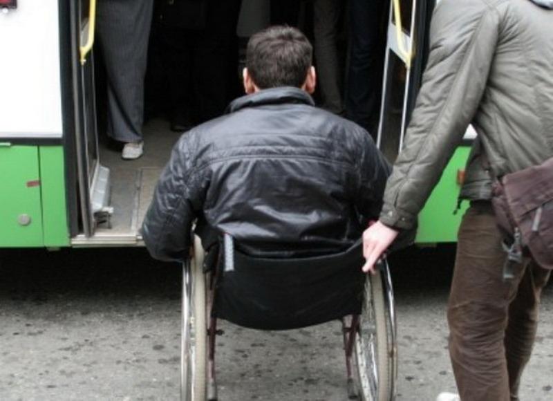 Инвалид жалуется в Минсктранс: попросил водителя помочь заехать в автобус, а он в ответ рассмеялся
