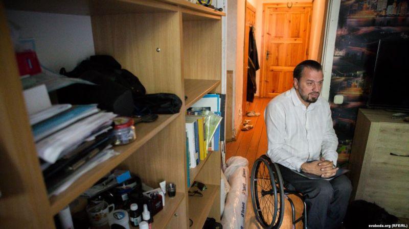«Ставяцца, як да свойскай жывёлы», — інваліда-вазочніка Сяргея Драздоўскага высяляюць з інтэрнату