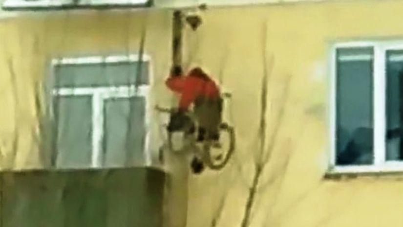 Инвалид-колясочник выбирается из квартиры с помощью самодельного подъемника