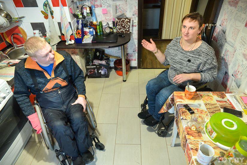 Сломан позвоночник, но не сломана жизнь. Как живет семья, где муж и жена — на коляске