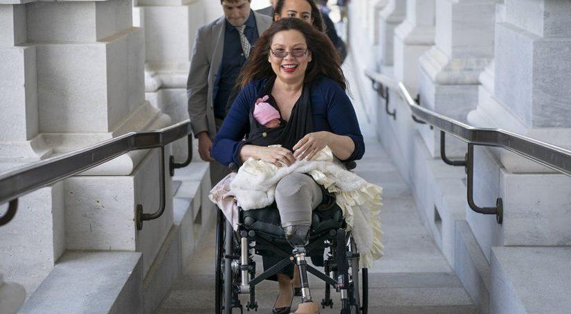 Сенатор Тэмми Дакуорт родила дочь 10 дней назад. И добилась права прийти на голосование с младенцем