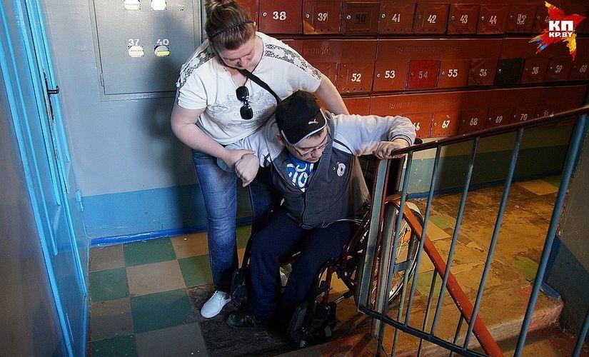 «Семь ступенек ада». Гомельский инвалид-колясочник не может установить подъемник в подъезде