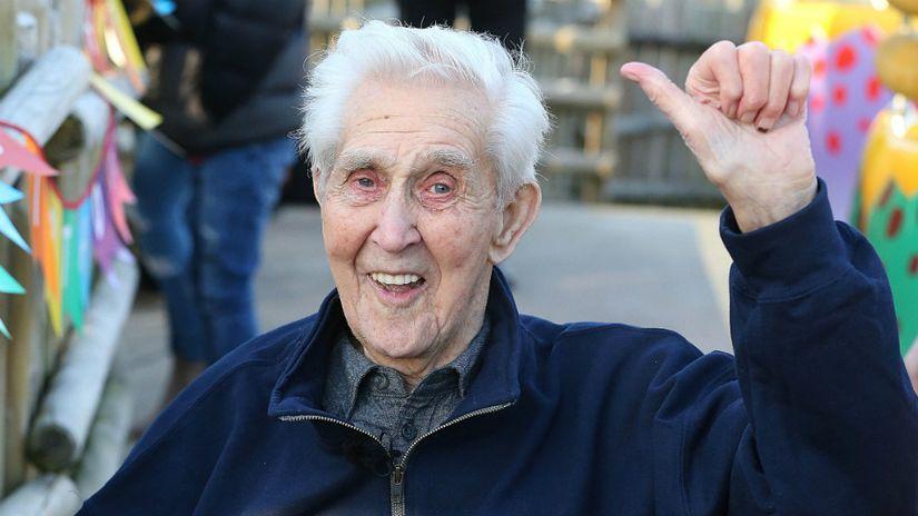 Инвалид-колясочник из Британии отметил 106-й день рождения катаясь на тарзанке