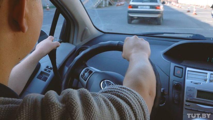 При вождении авто с ручным управлением левая рука Евгения лежит на рычаге «газ-тормоз», правая — крутит руль и переключает передачи