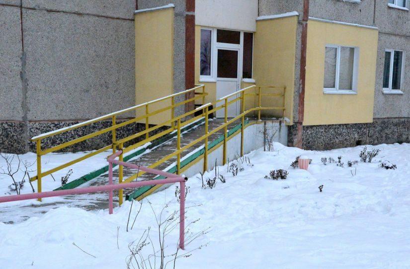 Доски в пандусе из квартиры Татьяны Пронько совсем прогнили
