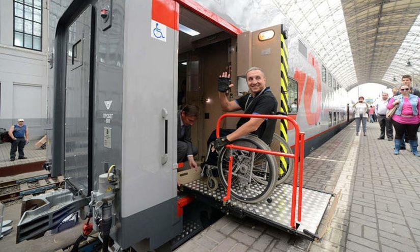 В Беларуси разработали мобильное устройство для подъема и спуска инвалидов-колясочников в поездах