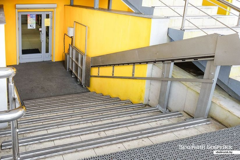 Новые объекты сегодня нередко строятся уже со спецсредствами для людей с ограниченными возможностями. Например, подъемник для инвалидов спроектирован в торговом центре «Спектр» в 6-м микрорайоне.