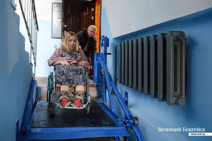 Этот электрический подъемник жительнице 6-го микрорайона Наташе Пиньковской сделали ее родные. Спускаться по ступенькам стало удобно, хотя все равно без помощи отца не обойтись.