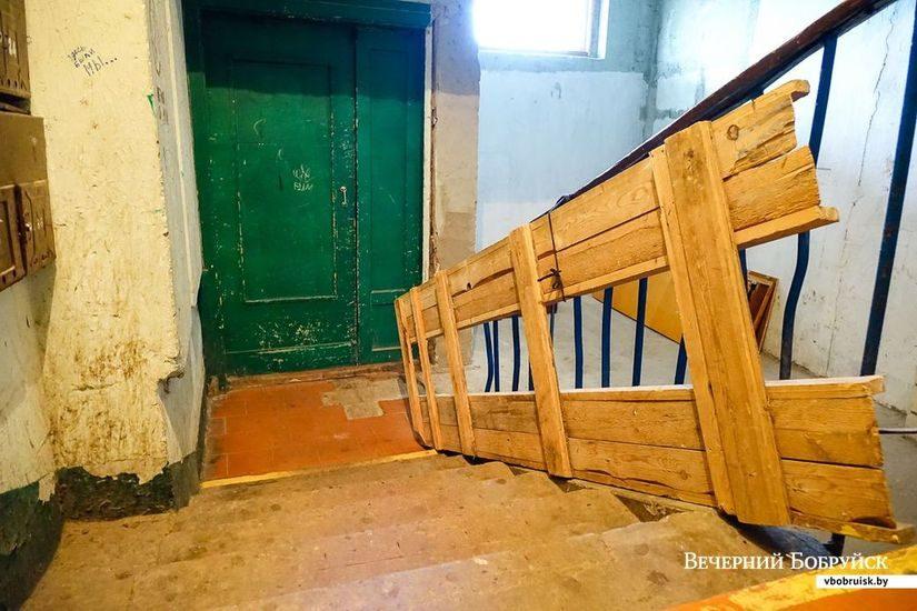 Самодельный откидной пандус в одном из домов по улице Сикорского.