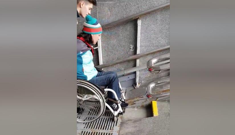 Чемпионка Паралимпийских игр сняла видео о том, как поднимается по пандусу в переходе к «Минск-Арене»