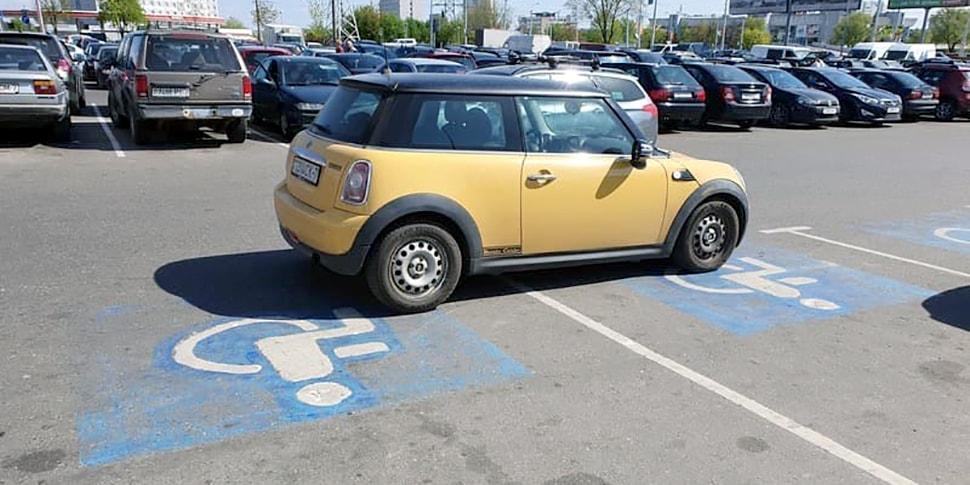 Водитель Mini умудрился занять сразу два места на парковке для инвалидов