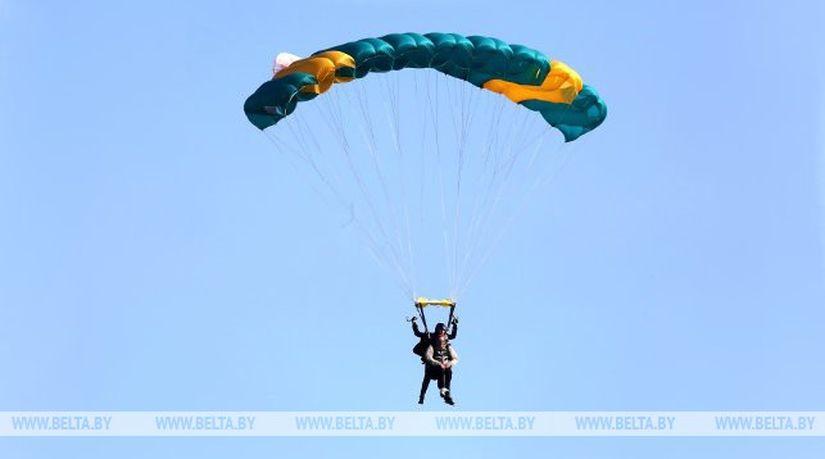 Адреналин и земля как на ладони - под Гомелем люди с ограниченными возможностями прыгнули с парашютом