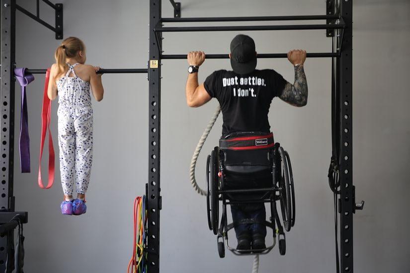 «Тренировки – способ расширить контакты и социализироваться». В Лиде официально открылся первый в Беларуси инклюзивный зал по кроссфиту