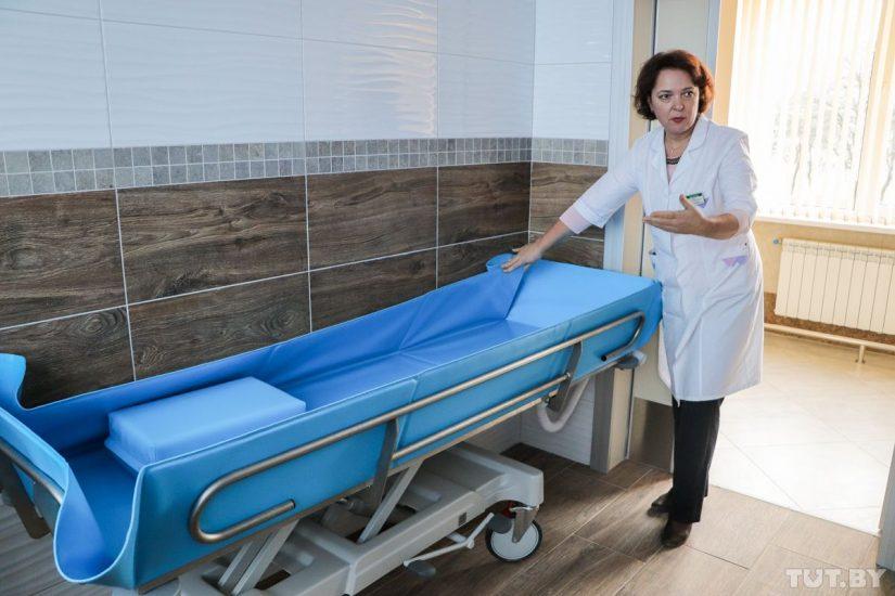 Сраскладной тележки лежачего пациента перекладывают натележку для умывания, которая регулируется повысоте