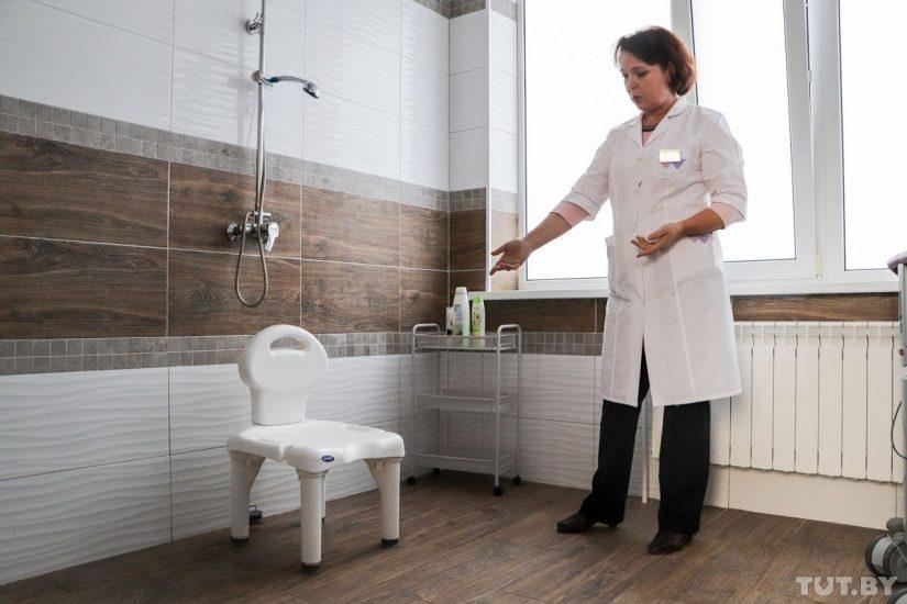 Стул с отверстиями в сиденье. Людмила Жилевич говорит, что для пациентов, которые заново научились сидеть, самое большое наслаждение — принимать душ, сидя на этом стульчике