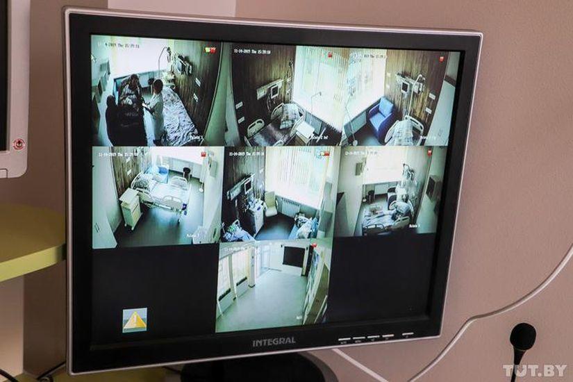 Видеокамеры установлены вовсех палатах, затем, что там происходит, наблюдает медсестра