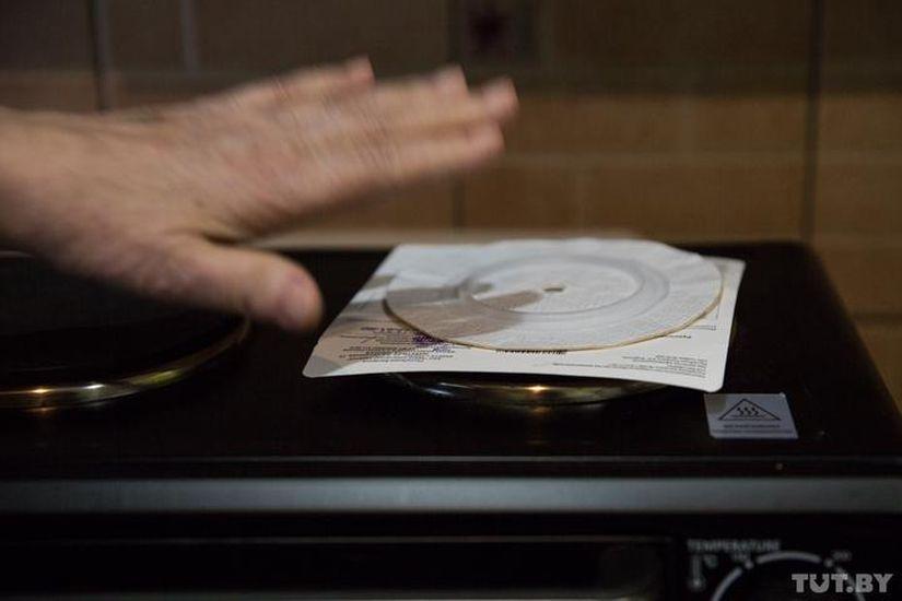 Вот так женщина разогревает пластину наэлектрической плите.