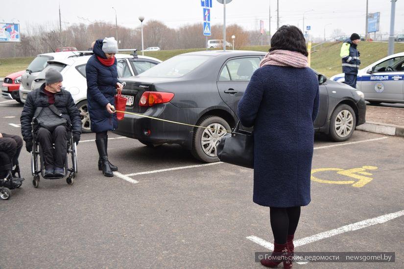 Размеры парковки не соответствуют нормам. Здесь парковка для инвалидов 2,80 на 5 метров, а по стандарту должна быть 3,5 на 8 метров.