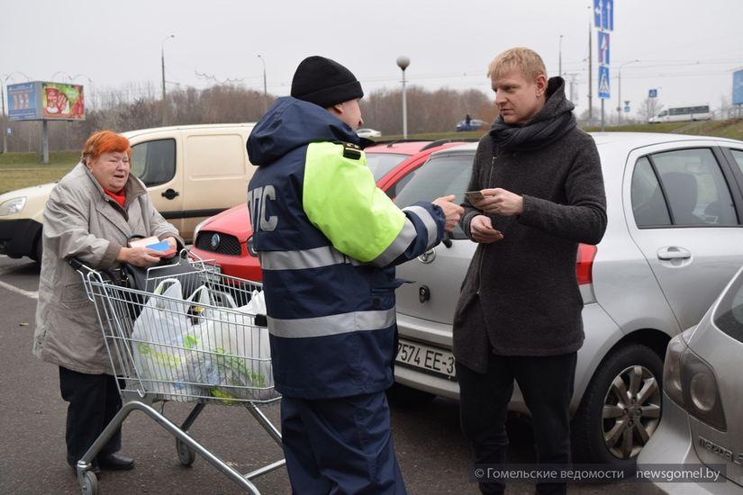 Покупатели «Евроопта» припарковались на «своём» месте. Женщина показала удостоверение инвалида. А значит, они с водителем ничего не нарушили.