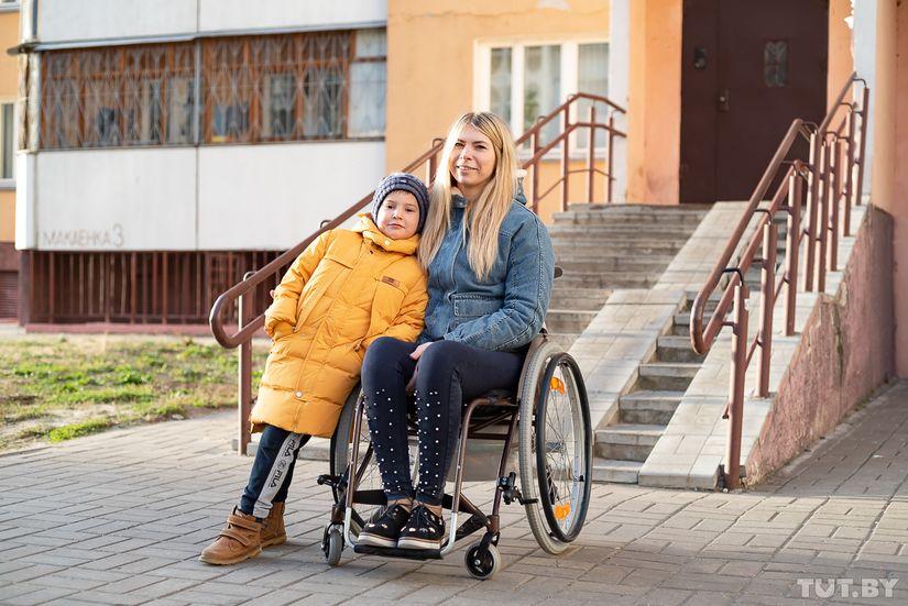 В доме байкерши Симоны, которая после ДТП пересела в коляску, установят подъемник
