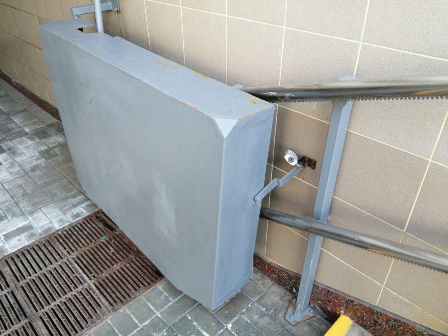 Подъемник для инвалидов на замке. В чем смысл такой безбарьерной среды?