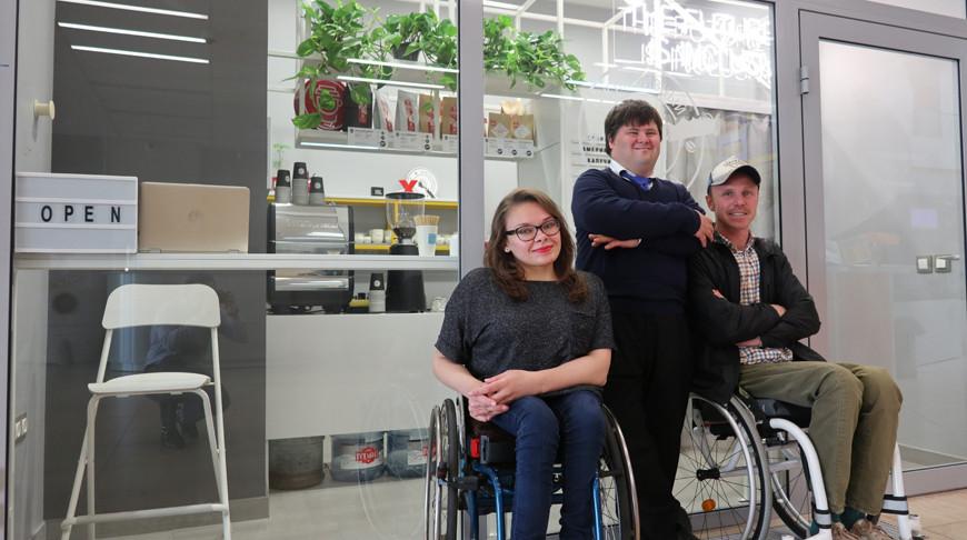 В Минске появилась инклюзивная кофейня, ее создатель и бариста - инвалиды-колясочники