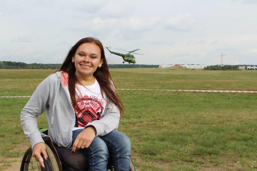 «Сидеть дома — это не для меня». Как девушка в инвалидной коляске с уверенностью покоряет Минск