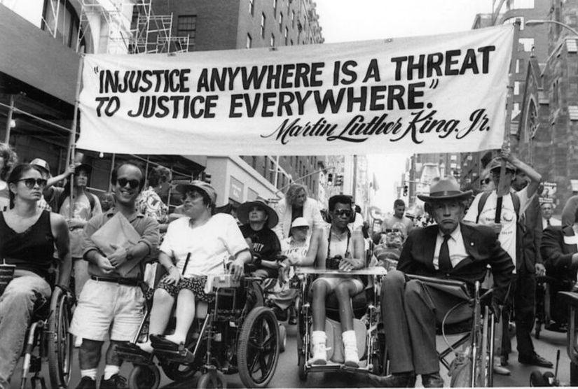 «От фрик-шоу до независимости». Как в Америке боролись за права людей с инвалидностью