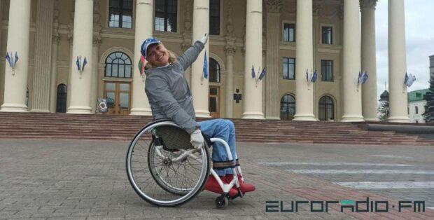 Попасть во Дворец профсоюзов без посторонней помощи Людмила не может