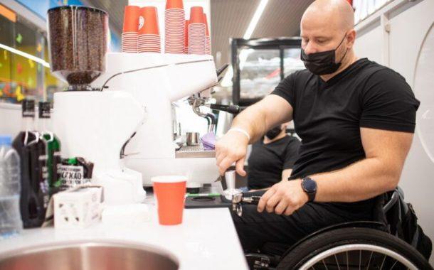 Теперь и в регионах: в Бресте открылась первая безбарьерная кофейня «Инклюзивный бариста»